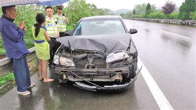 刘女士因操作不当,致使车辆和路产受损,承担此次事故的全部责任。 高速执法供图