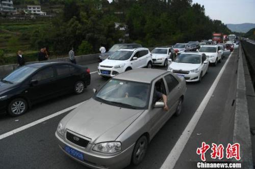 资料图:清明假期重庆高速上拥堵的车辆。