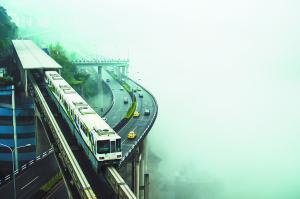 重庆轻轨在公寓楼穿梭 图@视觉中国