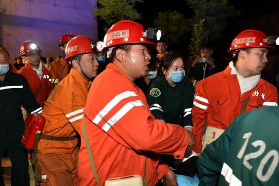 在山西清徐东于煤矿透水事故救援现场,5月23日22时20分许,4名被困矿工成功升井,被紧急送往医院接受救治。目前,井下仍有7人被困,救援工作正在紧张进行。新华社记者 曹阳/摄