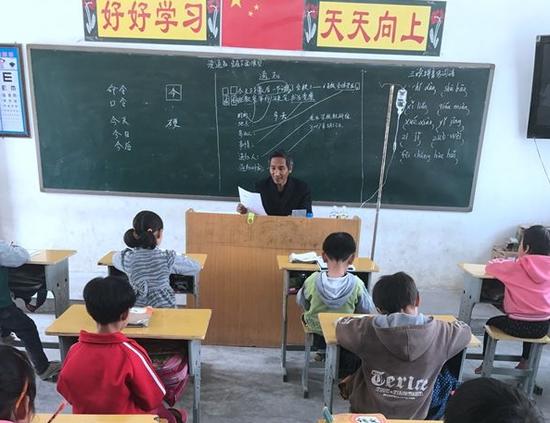 老师挂吊瓶坚持上课