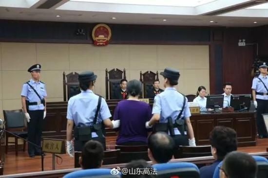 证人苏银霞出庭作证。(来源:@山东高法)