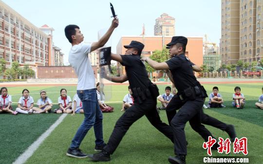 资料图 民警走进校园教小学生实用防身术。 游建栋 摄