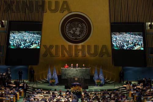 这是2016年4月22日在位于纽约的联合国总部拍摄的《巴黎协定》高级别签署仪式现场的资料照片。