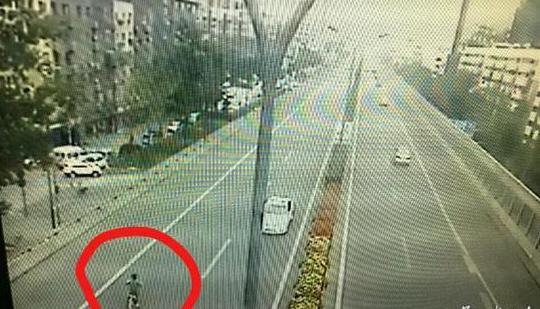 惊险监控:10岁男孩骑共享单车 逆行机场高速