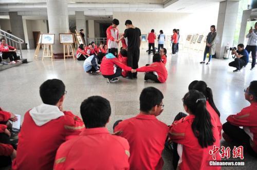 资料图:高考临近,昆明市第一中学组织高三学生参加心理辅导课程。中新社记者 刘冉阳 摄