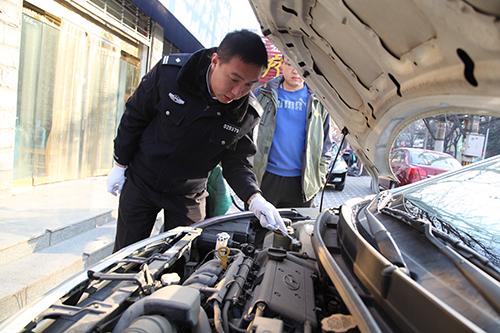 盖伟在检查车辆(图片来源:河北公安交管网)