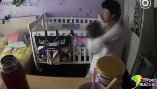 月嫂将孩子晃晕假装哄睡着视频截图