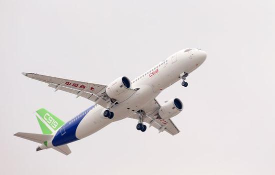 资料图片:5月5日中国首款国际主流水准的干线客机C919在上海浦东国际机场上空飞翔。新华社记者丁汀 摄