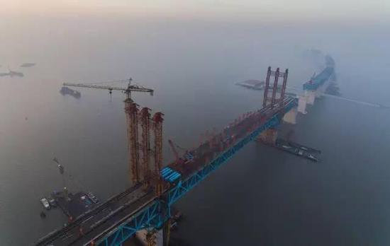 △施工中的沪通长江大桥