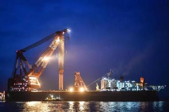 △港珠澳大桥沉管隧道最终接头进行吊装对接