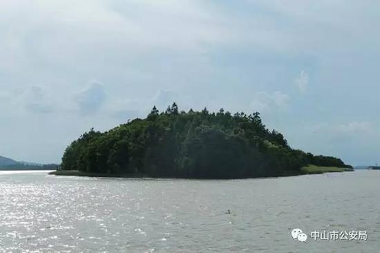 犯罪嫌疑人转移人质到岛上藏匿。