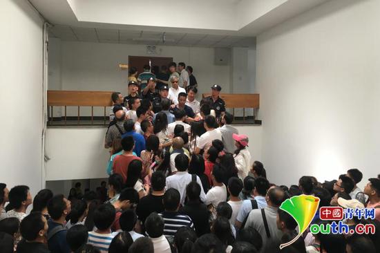 大量听众在报告厅外期待进场。我国青年网记者 陈琛 摄