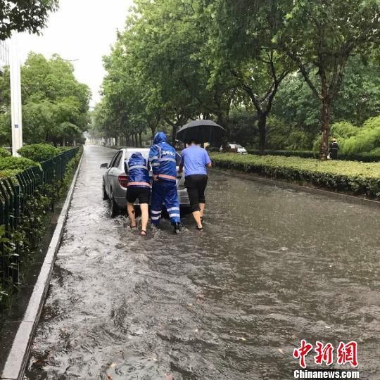 大雨当前,南京当地城管奋战在抢险一线,从清晨就开始排水救灾。 城管供图