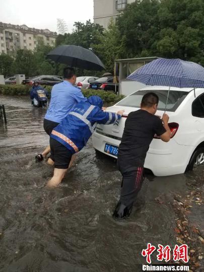 """江苏大部分地区遭遇特大暴雨,部分城区积水严重又见""""海湖瀑布"""" 城管供图"""