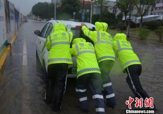 南京市防汛进入紧迫状况,出动5000多人应急抢险。 南京交警供图