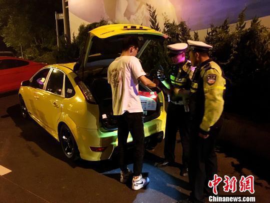多辆豪车被拘留。 邢毅 摄