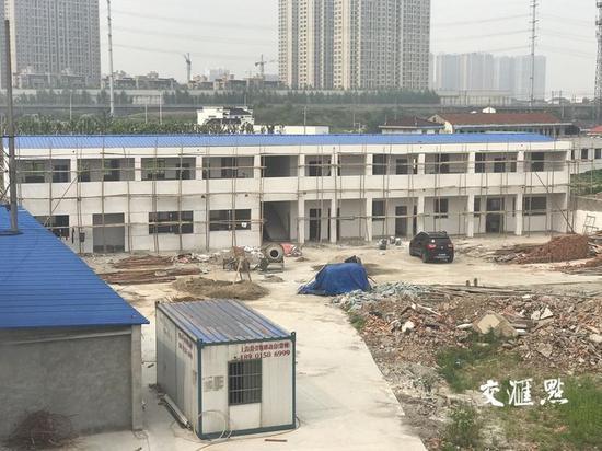 """未取得任何审批手续的""""临时建筑""""。交汇点记者郭靖宇摄"""