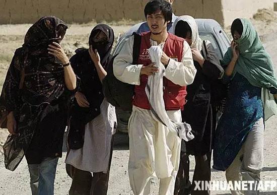 2007年8月29日,在阿富汗加兹尼,5名韩国人质被开释后分开。