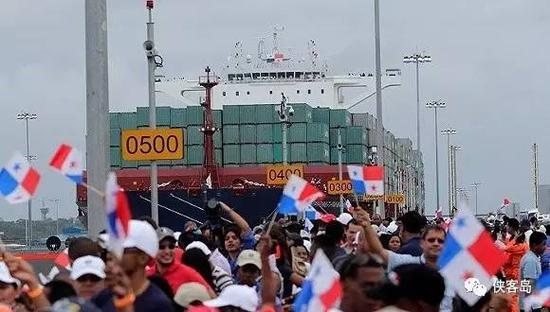 巴拿马运河新船闸开通,中远海运巴拿马轮成为第一艘、也是当天唯一一艘通过新建船闸的新巴拿马型船舶。
