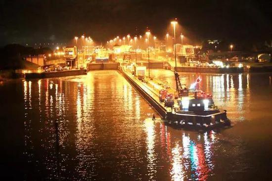 """2011年10月16日,中国海军""""和平方舟""""号医院船通过巴拿马运河船闸。(新华社记者查春明摄)"""