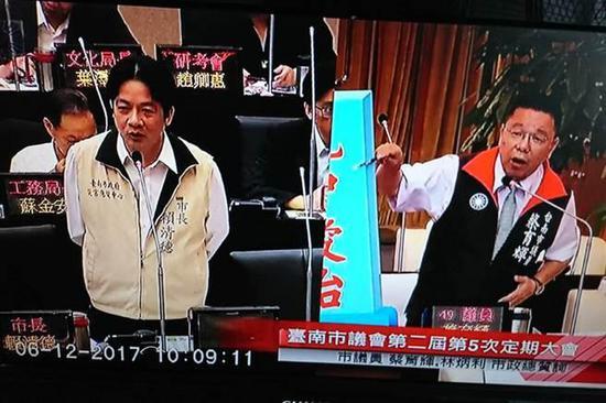 """国民党台南市议员蔡育辉(右)12日在议会质询台南市长赖清德(左),称自己也主张""""台独""""。(来源:台湾""""中央社"""")"""