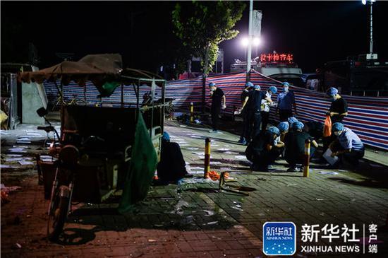 6月16日凌晨,法医等工作人员在江苏丰县创新幼儿园门前做清理、鉴定工作。新华社记者李响摄