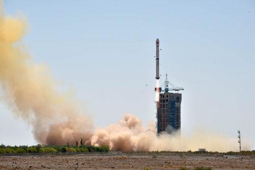 """资料图片:2017年6月15日11时00分,中国在酒泉卫星发射中央用长征四号乙运载火箭,乐成发射硬X射线调制望远镜卫星""""慧眼""""。这次发射还搭载了海内外3颗小卫星。新华社发"""