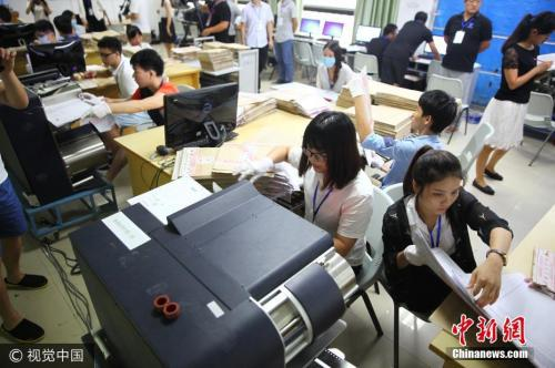 图为海南师范大学高考评卷场。石磊 摄 图片来源:视觉中国