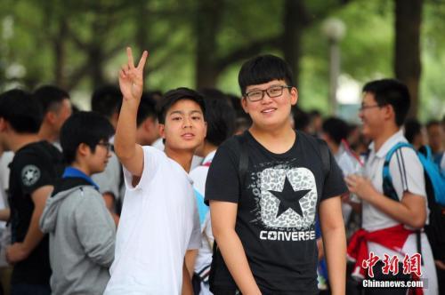 6月8日下午,2017年高考结束,考生走出考场。王康明 摄