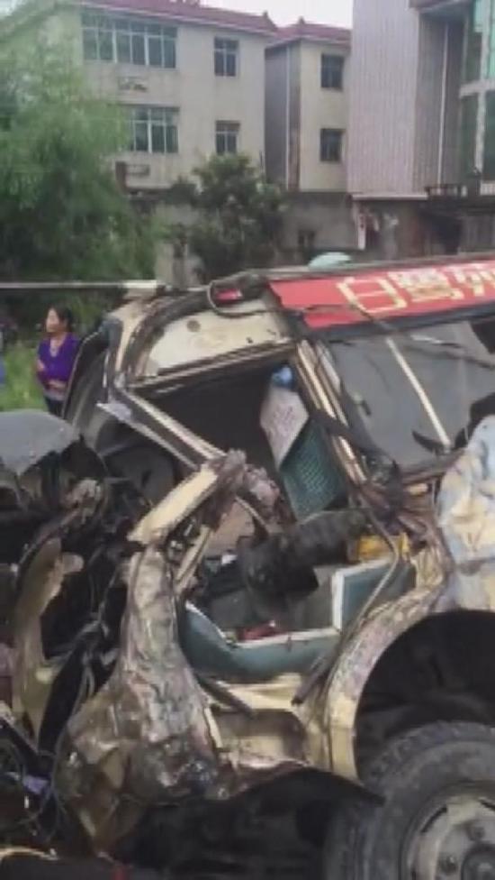 江西载30名中考学生中巴车侧翻致7人受伤