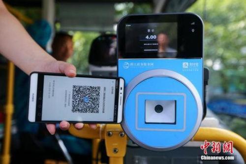 资料图:民众乘坐交通工具出行时使用手机支付。中新社发 许康平 摄