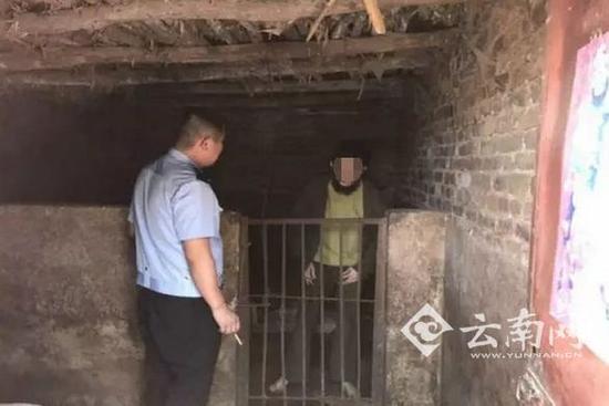 一智障男子被关在自家猪圈30多年