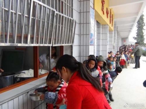 朗溪核心校先生半夜就餐现场。图片起源:重庆市彭水苗族土家属自治县官方微博