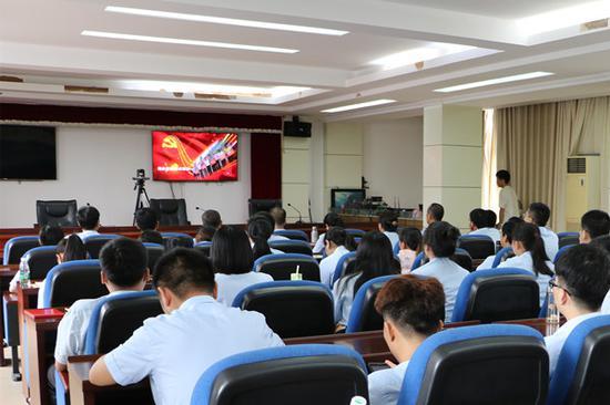 图为 港口区法院组织干警观看廉政警示教育片