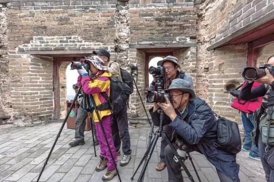 很多干部退休后就加入群众摄影活动的行列,在摄影活动中感受自然的风采,陶冶情操。