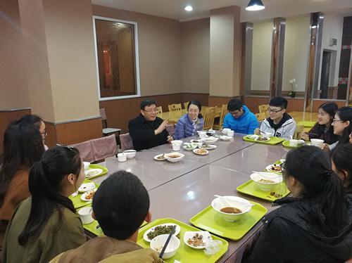 西南大学文学院教授午餐会。