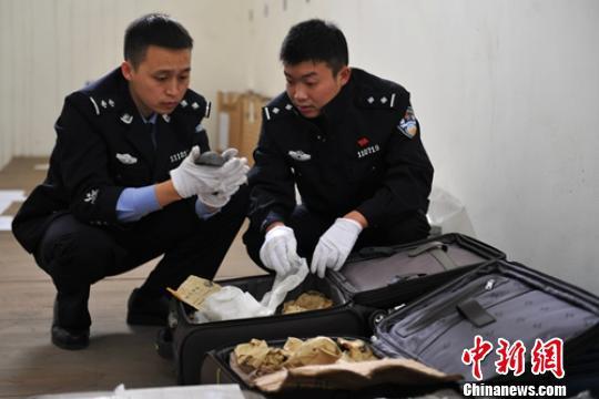 警方清点案件收缴文物。(资料图) 刘忠俊 摄