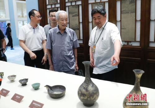 图为故宫博物院院长单霁翔同国家文物局照料谢辰生先生观光何刚捐赠的文物。记者 杜洋 摄