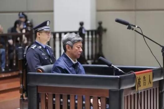 张越(右)在庭审现场