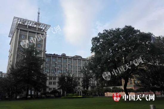 今晨,北京蓝天白云再现,天空略显阴沉。