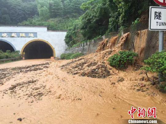 受连续暴雨影响,杭瑞高速公路江西境内景婺黄段多处发生泥石流、山体滑坡等自然灾难,洪水掺杂着泥石流不停涌入高速公路路面,交通中止。 钟欣 摄