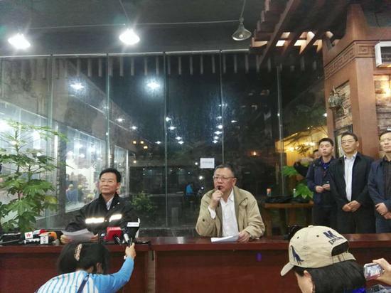6月24日晚11时,茂县前方新闻应急中央第二场新闻公布会举行,公布人是四川省委常委、省委秘书长、副省长王铭晖。