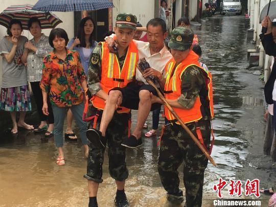 """在""""中国最美墟落""""婺源县,24日的暴雨引发严重内涝,当地消防部门等气力努力到场救援。 钟欣 摄"""