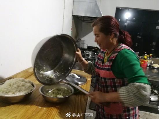店老板为官兵们烹饪饭菜。