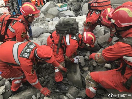 四川茂县救援现场再发现生命迹象正进行挖掘