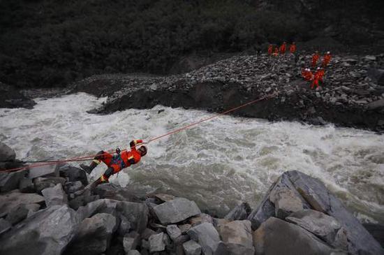 飞豹队员通过横渡绳桥到对面进行搜救作业每经记者 张建摄