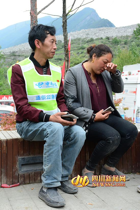 一想到亲人,刘国华夫妇眼泪止不住的流