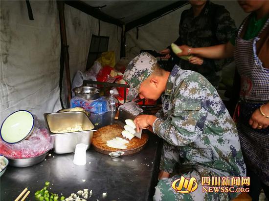 王昊帮助切菜