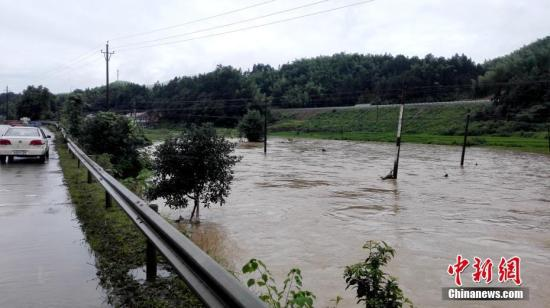 入汛以来,湖南多地先后降下暴雨。6月22日最先,湖南桃江县遭遇今年最强降雨,加之上游水库泄洪,资江桃江段水位连日来连续上涨,造成多地被洪水浸没。 王鹏 摄